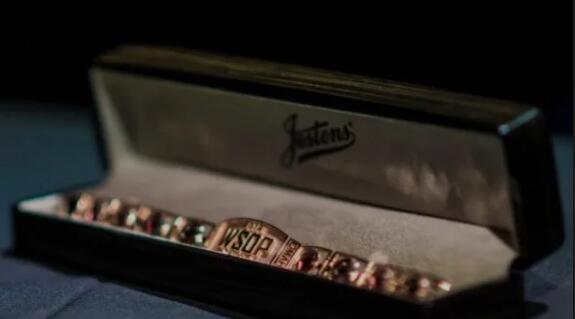 WSOP国际赛事 史上最辉煌的金手链,最终却.....? WSOP金手链放在盒子里